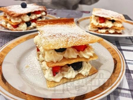 Десерт Милфьой с кори за баница, крем с маскарпоне и течна сладкарска сметана, боровинки, ягоди и пудра захар - снимка на рецептата